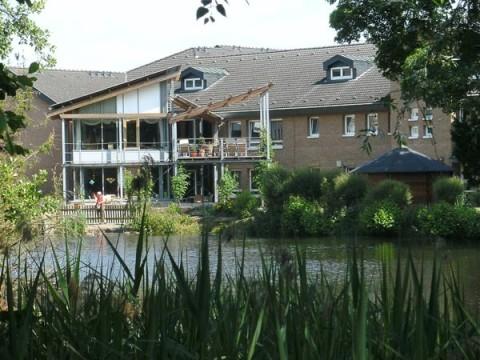 Blick auf das Seniorenheim vom Teich aus